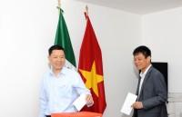 Đại sứ quán Việt Nam tại Mexico quyên góp ủng hộ nhân dân Lào anh em