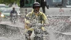 Dự báo thời tiết đêm nay và ngày mai (6-7/10): Trung Bộ, Bắc Tây Nguyên mưa to đến rất to; cảnh báo lũ trên các sông ở vùng mưa lớn; Hà Nội ngày nắng