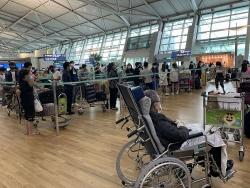 Ngày 5/9, hơn 400 công dân Việt Nam từ Hàn Quốc hạ cánh xuống sân bay Tân Sơn Nhất