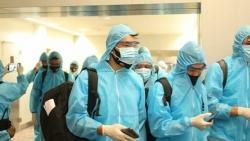 Các tuyển thủ Việt Nam ra sân bay về nước
