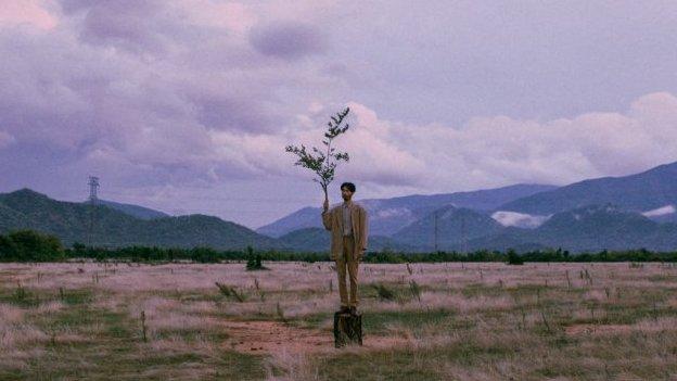 Sức hút ấn tượng từ MV mới mang tên 'Trốn tìm' của nghệ sĩ Đen Vâu