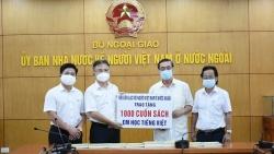Tiếp nhận 1.000 cuốn sách 'Em học tiếng Việt' dành tặng kiều bào