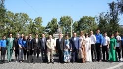 Kỷ niệm 76 năm Quốc khánh Việt Nam: Đặt hoa tại tượng đài Chủ tịch Hồ Chí Minh ở thành phố Vladivostok (Nga)