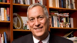 Cây bút lớn Walter Isaacson và câu chuyện về công nghệ điều trị Covid-19