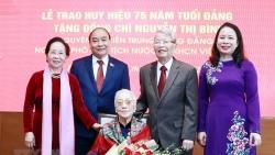 Trao tặng Huy hiệu 75 năm tuổi Đảng cho nguyên Phó Chủ tịch nước Nguyễn Thị Bình
