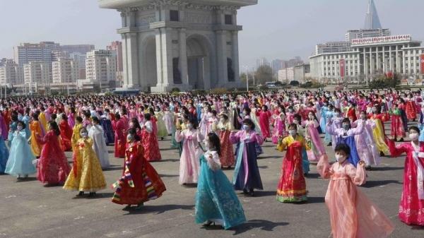 Ảnh ấn tượng tuần (12-18/4): Nụ cười trên chiến hào biên giới Nga-Ukraine, kỷ lục buồn Covid-19 và khiêu vũ ở Triều Tiên