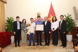 Lãnh đạo Bộ Ngoại giao trao Bằng khen cho Hãng phim Tài liệu và Khoa học Trung ương