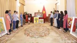 Thứ trưởng Ngoại giao Đặng Minh Khôi tiếp nhận tranh tặng các Đại sứ quán