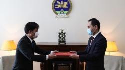 Đại sứ Doãn Khánh Tâm trao bản sao Ủy nhiệm thư cho Thứ trưởng Ngoại giao Mông Cổ