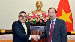 Thứ trưởng Ngoại giao Nguyễn Quốc Dũng tiếp Đại sứ Philippines Meynardo Montealegre chào xã giao