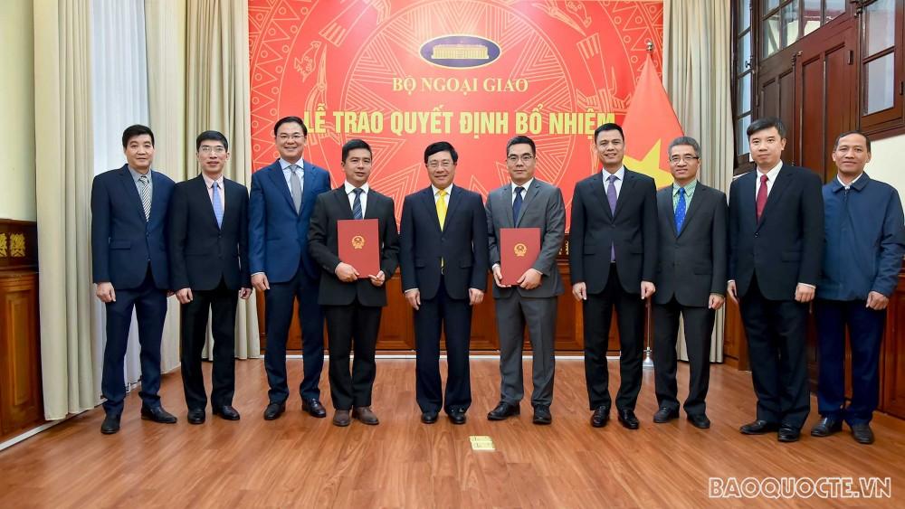 Phó Thủ tướng Phạm Bình Minh trao quyết định bổ nhiệm cán bộ lãnh đạo của Bộ Ngoại giao