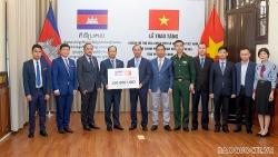 Việt Nam trao tặng khoản hỗ trợ Campuchia ứng phó dịch Covid-19