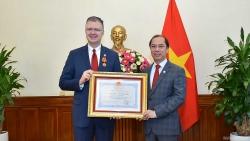Trao Huân chương hữu nghị cho Đại sứ Hoa Kỳ Daniel Kritenbrink