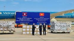 Việt Nam trao tặng 500.000 USD và vật tư, thiết bị y tế hỗ trợ Lào ứng phó dịch Covid-19