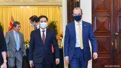 Bộ trưởng Ngoại giao Bùi Thanh Sơn đề nghị Anh hỗ trợ Việt Nam tiếp cận nguồn cung vaccine phòng Covid-19
