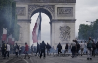 Cảnh sát Pháp dùng hơi cay giải tán người biểu tình sau lễ diễu binh Quốc khánh