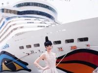 Siêu mẫu Việt biến New York thành phông nền