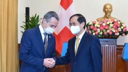 Họp báo chung Bộ trưởng Ngoại giao Việt Nam-Thụy Sỹ: Đằng sau khẩu trang là những nụ cười