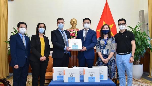 Israel trao tặng vật tư y tế hỗ trợ Việt Nam phòng chống dịch Covid-19