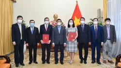 Thứ trưởng Ngoại giao Nguyễn Minh Vũ trao quyết định tiếp nhận và điều động cán bộ cấp Vụ
