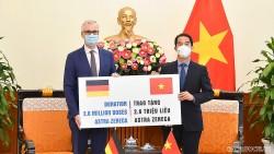 Bộ Ngoại giao tiếp nhận 2,6 triệu liều vaccine AstraZeneca phòng Covid-19 từ Chính phủ Đức