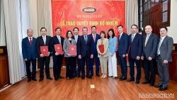 Thứ trưởng Ngoại giao Đặng Minh Khôi trao quyết định điều động cán bộ cấp Vụ