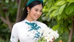 Hoa hậu Đặng Thị Ngọc Hân 'đọ sắc' cùng hoa