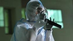 Tóc Tiên hát tặng bệnh nhân nhiễm Covid-19 trong bộ đồ bảo hộ kín mít