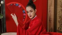 Á hậu Hoàng Anh tái xuất trong thiết kế áo dài cổ phục Việt