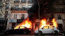 Pháp: Phản đối dự luật an ninh, hàng trăm nghìn người xuống đường biểu tình, Paris chìm trong khói lửa